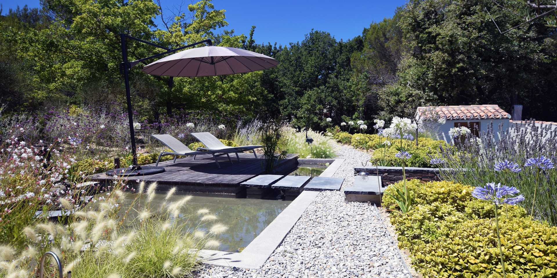 Exterior design of a contemporary garden by a landscape designer in Gironde